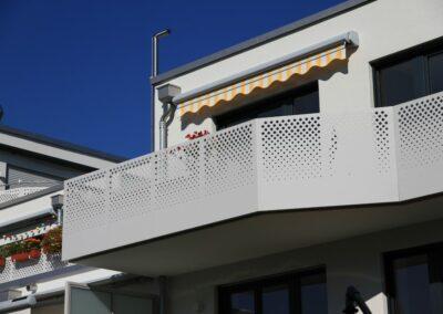 Duralin Leichtmetall GmbH Balkongeländer mit Lochblechfüllung